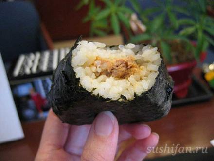 онигири с тиунцом в красном соусе карри | суши, роллы, сашими