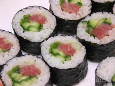 Футомаки с тунцом, луком и огурцом. | суши, роллы, сашими